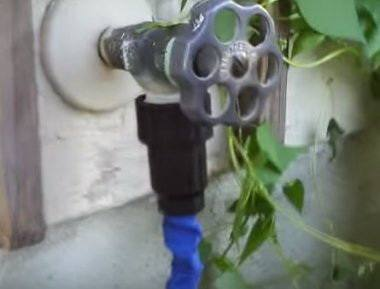Соединить входное отверстие шланга с водопроводным краном