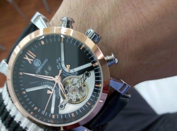 Часы Forsining на руке